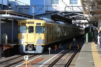 2019年11月30日 13時40分ころ。東村山。1番ホームで発車を待つ2027Fの各停 西武園ゆき。右奥の3番ホームには2515Fが留置されてます。