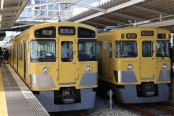 2019年11月30日 13時57分ころ。西武園。到着した2045Fの西武園ゆき(左)と、発車を待つ2027Fの東村山ゆき。
