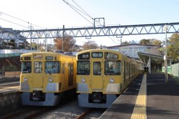 2019年11月30日 14時8分ころ。西武園。発車を待つ2045Fの東村山ゆきと到着した2027Fの西武園ゆき。