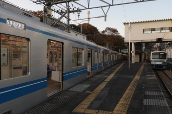 2019年11月30日 16時13分ころ。西武遊園地。20154Fの臨時各停 西武新宿ゆき(左)と2番ホームに留置の1241F。