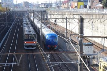 2019年12月1日 9時14分ころ。新秋津。西武001-F編成と205系の東所沢ゆきの並び。