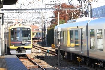 2019年12月1日 10時35分ころ。所沢。6番線に停車中の001-F編成と、東急4110Fの1803レ。