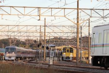 2019年12月3日 15時52分ころ。高麗。10109Fの「ちちぶ97号」(左端)と2085Fの5043レの順に到着した下り列車2本の間に到着する、4017Fほかの5044レ(右手前)。