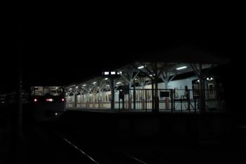 2019年12月3日 23時5分ころ。高麗。1番ホームに停車中の10109Fの西武秩父ゆき特急「むさし号」(左)と4013F+4003Fの各停 飯能ゆき。