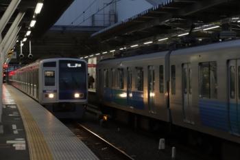 2019年12月3日。所沢。発車した32102F+38109Fの3106レと、電留線から4番ホームへ入った6107Fの上り回送列車。
