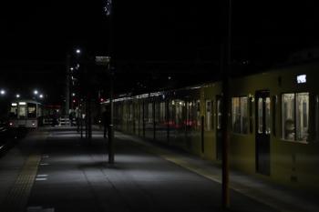 2019年12月3日 19時11分ころ。横瀬。2085Fの各停 西武秩父ゆき(右)と、上り方へ発車した4005F+4011Fの上り回送列車。