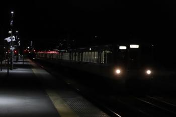 2019年12月3日 19時26分ころ。横瀬。上り方から、2番ホーム横の側線へ到着する4005F+4011Fの下り回送列車。