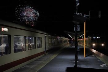2019年12月3日 19時36分ころ。横瀬。10105Fの「むさし31号」(左)と、2085Fの各停 飯能ゆき。「むさし31号」は上り列車2本と交換してました。