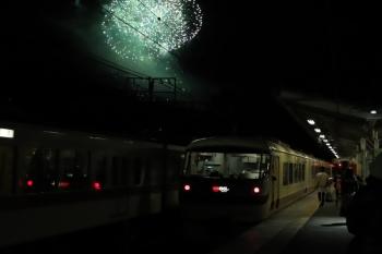2019年12月3日 19時38分ころ。横瀬。発車した10105Fの「むさし31号」と打ち上げ花火。