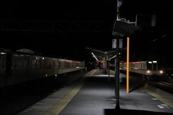 2019年12月3日 20時21分ころ。横瀬。20時9分に西武秩父ゆき各停で発車していった4001F+4007F(右)、回送されて戻ってきました。飯能方の電留線へ入りました。復路輸送にこの編成は使われてなかったと思います。
