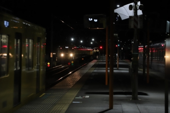 2019年12月3日 20時59分ころ。横瀬。左から、1番ホームに到着する2077Fの各停 飯能ゆき、電留線から出てきた2073Fの回送、2番ホームに停車中の10107Fの37レ。