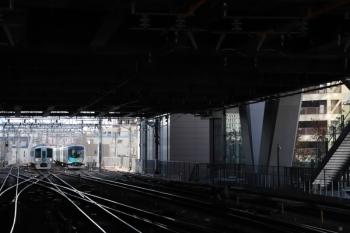 2019年12月8日 10時46分ころ。池袋。奥の電留線に留置されているのは40102F(白猫)。その横を通り到着する4009Fの上り回送列車。
