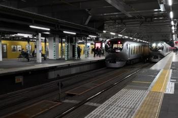 2019年12月11日。所沢。新宿線の2000系上り列車と、池袋線のLaview特急の並び。右端は001-B編成の37レ。