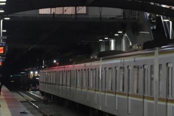 2019年12月13日。ひばりヶ丘。メトロ10105Fの6538レの後を追って4番ホームへ到着する001-A編成の上り回送列車。