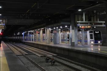 2019年12月13日 23時27分ころ。ひばりヶ丘。4番ホームへ到着する6109Fの上り回送列車。