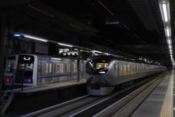 2019年12月13日。ひばりヶ丘。6109Fの上り回送列車を追い越す001系の60レ。この前に横浜ゆきの6818レも6109Fお追い越してました。6109Fはこの後すぐに発車。