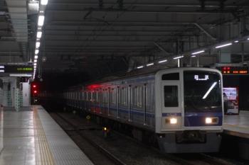 2019年12月13日 5時30分ころ。所沢。3番ホームを通過する6110Fの上り回送列車。
