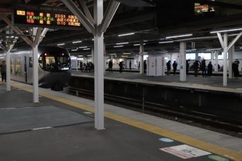 2019年12月13日。所沢。001-D編成の53レ。ホーム発車案内は忘年会増発の臨時特急を表示してます。