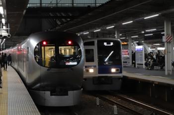 2019年12月13日 23時53分ころ。所沢。001-D編成の53レの横を通過する6108Fの上り回送列車。忘年会増発の臨時準急の送り込み回送。