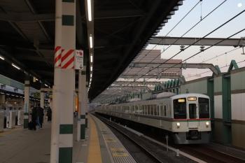 2019年12月14日 6時53分ころ。練馬。急行線を通過する4011F+4007Fの上り回送列車。