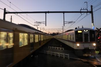 2019年12月15日。元加治。4021F+4013Fの2002レ(右)と2077Fの下り回送列車。