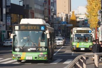2019年12月16日。目白駅前。手前が池袋駅東口ゆき、奥が新宿駅西口ゆきの、都バス。