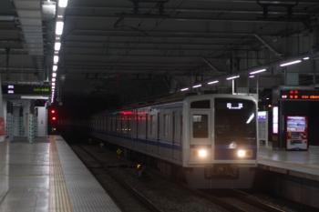 2019年12月17日 5時30分ころ。所沢。6157Fの上り回送列車が3番ホームを通過。