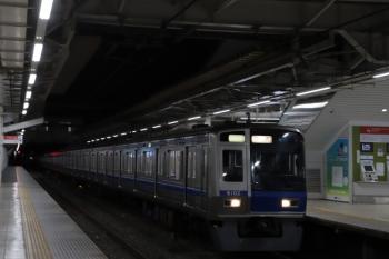 2019年12月21日 5時30分ころ。所沢。2番ホームを通常ならば通過する6102Fの上り回送列車。