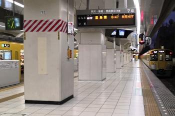 2019年12月25日 6時33分ころ。池袋。発車予定時刻が15分後の、2089Fの各停 豊島園ゆきが7番ホームに停車中。左は9104Fで、6時30分ころに到着してました。