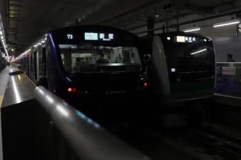 2019年12月26日 11時15分ころ。羽沢横浜国大。左が相鉄車の各停 新宿ゆき、右がJR車両の特急 海老名ゆき。乗務員さんはこの駅で交代してました。