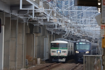2019年12月26日 7時40分ころ。西大井。185系の「湘南ライナー」と相鉄車の各停 海老名ゆきがすれ違い。