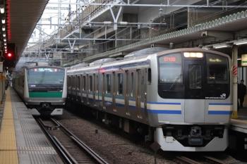 2019年12月26日 8時24分ころ。西大井。埼京線・相鉄直通のE233系と横須賀線のE217系のすれ違い。