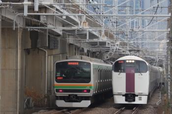 2019年12月26日 9時9分ころ。西大井。E231系の湘南新宿ラインの上り列車と、215系の下り回送列車とのすれ違い。