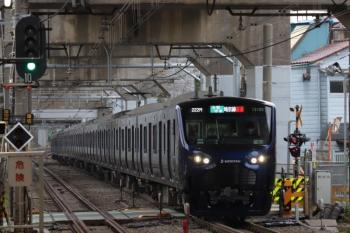 2019年12月26日 9時24分ころ。西大井。新幹線の高架橋の下を走る相鉄12000系の各停 新宿ゆき。