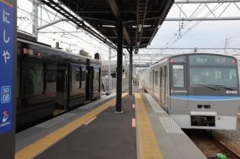 2019年12月26日 10時14分ころ。西谷。左が埼京線から直通の12000系の特急 海老名ゆき。各停 湘南台ゆきが先発でした。
