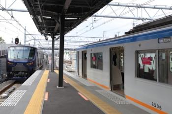 2019年12月26日 10時17分ころ。西谷。右の快速 海老名ゆきが到着すると、埼京線から直通の12000系の特急 海老名ゆきが発車しました。