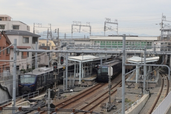 2019年12月26日 10時37分ころ。西谷。駅の横浜方の歩道橋から撮影。線内列車と、埼京線から到着の12000系が並びます。
