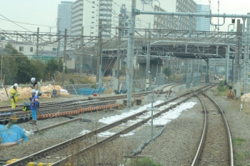 2019年12月26日 11時半ころ。新鶴見信号所?。線路工事中の相鉄直通ルートと横須賀線との合流地点付近。武蔵小杉方。