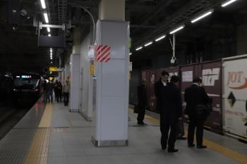 2019年12月26日 11時56分ころ。新宿。相鉄電車と同じホームを通過するJR貨物の3086レ。
