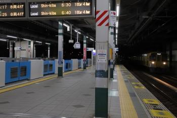 2019年12月30日 6時14分ころ。練馬。右端が急行線を通過する2075Fの上り回送列車。