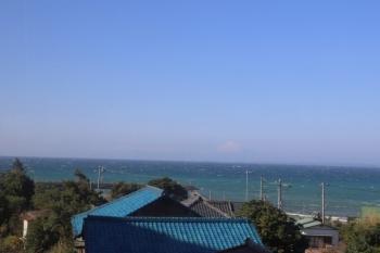 2019年12月31日。富浦〜岩井駅間と思います。東京湾を挟んで富士山も見えました。