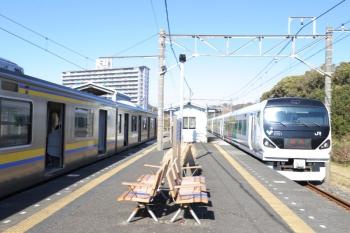 2019年12月31日 12時3分ころ。岩井。右が到着する臨時特急の「新宿さざなみ81号」。左は2128Mの館山発・木更津ゆき。
