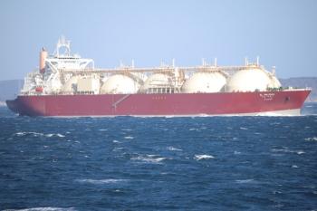 2019年12月31日 13時39分ころ。東京湾フェリーの船内から見えたLNG運搬船?。