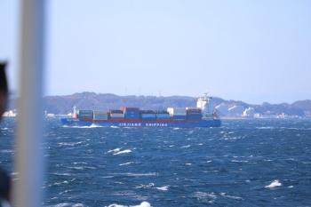 2019年12月31日 13時30分ころ。東京湾フェリーの船内から。前を横切る大型コンテナ船。