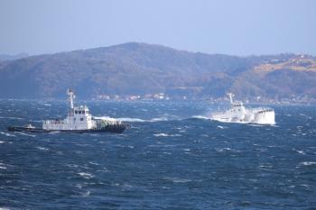 2019年12月31日 13時39分ころ。LNG船?の近くを航行していた小型船。