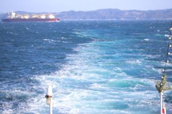 2019年12月31日 13時43分ころ。船尾のお飾り(右下)と、後ろに遠ざかるLNG運搬船?。