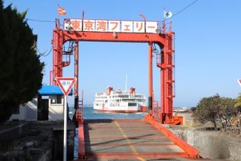 2019年12月31日 12時28分ころ。浜金谷。出港した久里浜ゆき。手前の可動橋から自動車が積み込まれます。そこそこの利用がありました。