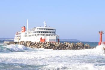 2019年12月31日 12時50分ころ。浜金谷。浜金谷へ到着するフェリー。手前は波が高いですが、フェリーが到着する港内は穏やかです。