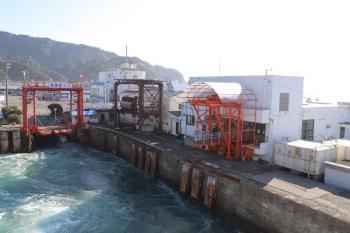 2019年12月31日 13時17分ころ。浜金谷。出港した船内から。歩行者は右側の建物から乗降。自動車・バイクは左の可動橋から。