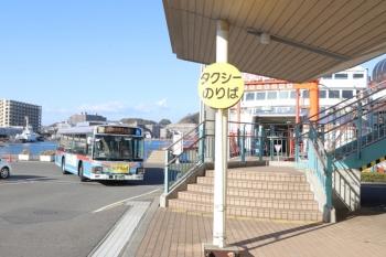 2019年12月31日 14時5分ころ。久里浜のフェリー乗り場。東京湾フェリー(右奥)と京急バス。